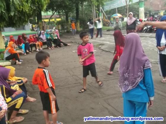 Jalan sehat pagi hari dan permainan tradisional peserta Smart Camp Angkatan III Yatim Mandiri Jombang (6)