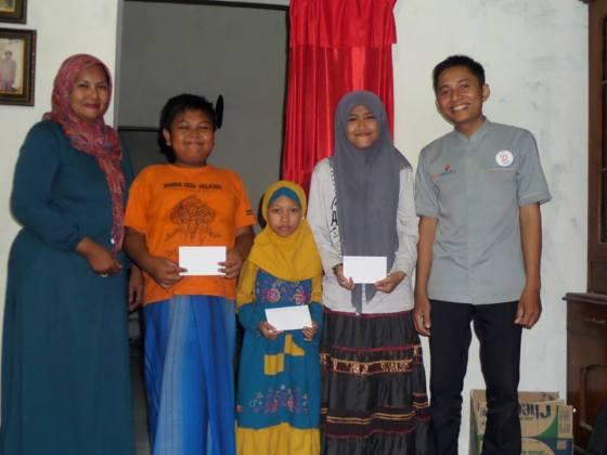 Penyerahan Beasiswa Pendidikan Untuk Anak Yatim Parimono